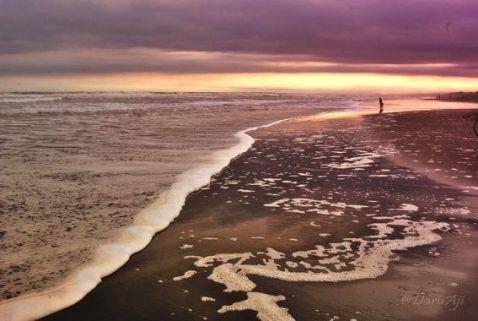 Sepanjang pantai, sepanjang itu pula ombaknya berbuih